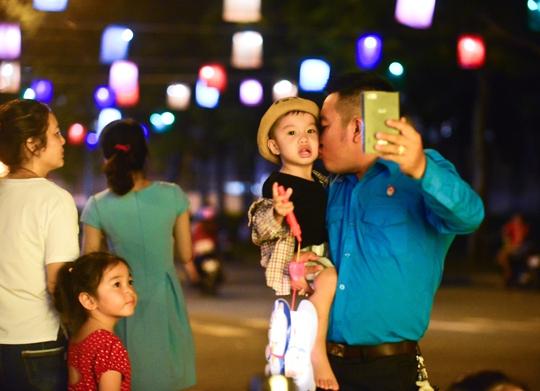 Ngoài, những chú pokemon nóng sốt, dịp trung thu đến khu đô thị này, giới trẻ còn bị thu hút bởi những chiếc lồng đèn nhỏ nhắn, đủ màu sắc được thắp sáng bằng điện dài hàng trăm mét