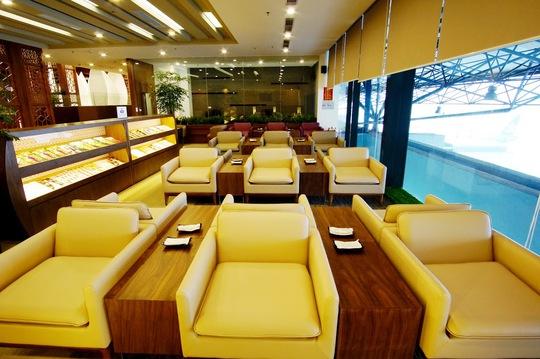 Hành khách được thoải mái nghỉ ngơi, cafe thư giãn tại phòng chờ trước chuyến bay - Ảnh: Thái Minh