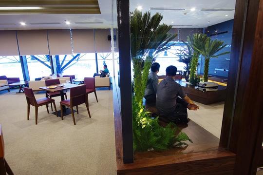 Phòng hút thuốc dành cho khách chờ chuyến bay - Ảnh: Thái Minh