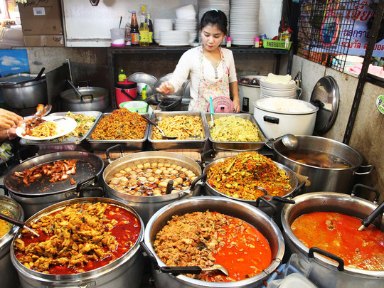 Thức ăn đường phố Bangkok luôn đậm đà sắc hương vị. Ảnh: Pinterest