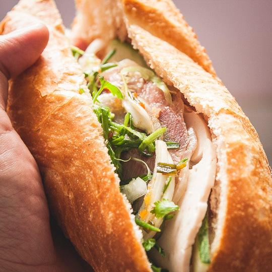 Bánh mì của Việt Nam cũng là món ăn đường phố lừng danh. Ảnh: buffalotrip.com