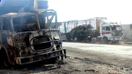 Ít nhất 18 xe tải trong đoàn xe 31 chiếc đã bị phá hủy. Ảnh: EPA