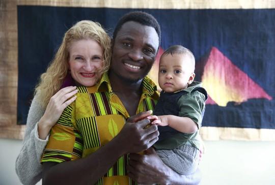 Eric Manu cùng vợ và con trai. ẢNh: Toronto Star