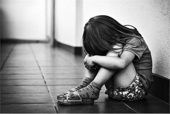 Các nạn nhân bị xâm hại, lạm dụng tình dục thường gặp phải nhiều tổn thương tinh thần. Lúc này, người thân trong gia đình là chỗ dựa duy nhất cho các em. Ảnh minh họa