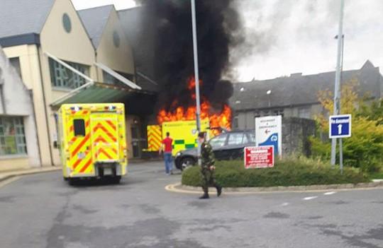 Chiếc xe cứu thương bốc cháy.... Ảnh: Mirror