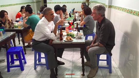 Ông Bourdain và Tổng thống Obama thưởng thức bún chả ở Hà Nội. Ảnh: Anthony Bourdain.