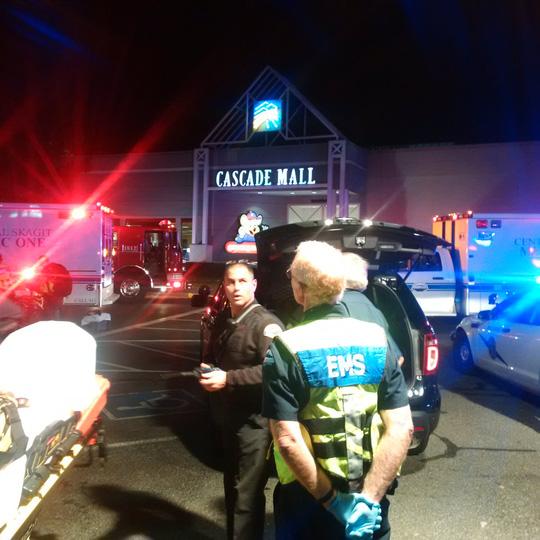 Cảnh sát tập trung bên ngoài trung tâm mua sắm Cascade. Ảnh: Twitter