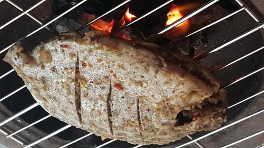 Cá nâu tươi mua ở chợ Phước Kiểng ướp muối ớt sả nướng lửa than – một thứ hải vị khó kiếm ở Sài Gòn, nếu không cất công đi Cần Giờ.