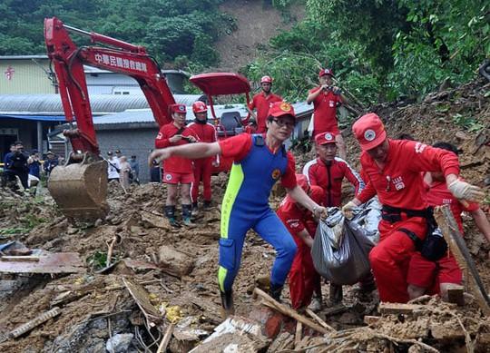 Bão Megi gây ra lở đất chôn vùi một ngôi chùa ở hạt Yilan. Ảnh: AP