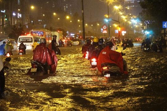 Đường Nguyễn Hữu Cảnh (quận Bình Thạnh, TP HCM) ngập nước vào chiều 26-9. - Ảnh: Quốc Chiến