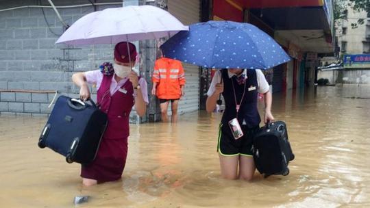 Nhân viên xe lửa ở Phúc Châu, tỉnh Phúc Kiến thu dọn đồ đạc. Ảnh: AP