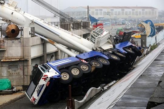 Xe lật nhào ở Hualien. Ảnh: AP
