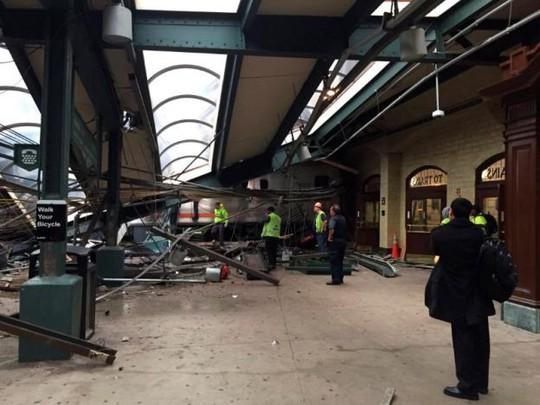 Một phần mái nhà ga bị sập. Ảnh: REUTERS
