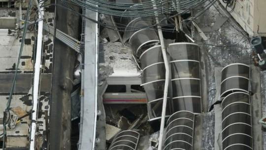 Nhà ga hư hại sau cú tông của xe lửa. Ảnh: Reuters