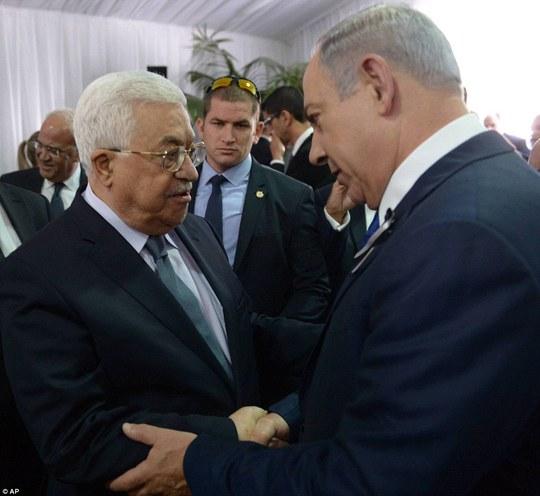 Cái bắt tay của Tổng thống Palestine Mahmoud Abbas với Thủ tướng Israel Benjamin Netanyahu được gọi là khoảnh khắc lịch sử trong lễ tang của cựu Tổng thống Shimon Peres. Ảnh: AP