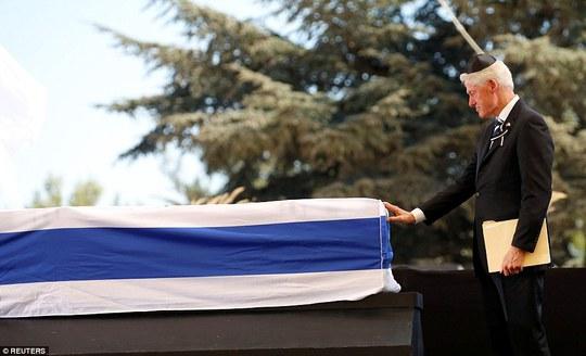Cựu Tổng thống Mỹ Bill Clinton xúc động tại lễ tang. Ảnh: Reuters