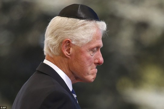 Ông Clinton gần như rơi nước mắt. Ảnh: AP