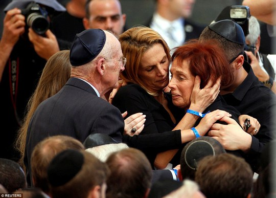 Bà Tsvia, con gái của cựu Tổng thống Shimon Peres, trong vòng tay gia đình tại đám tang. Ảnh: Reuters