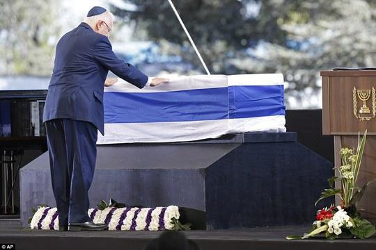 Tổng thống Israel Reuven Rivlin tại lễ tang. Ảnh: AP