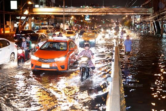 Giao lộ Pongphet lênh láng nước