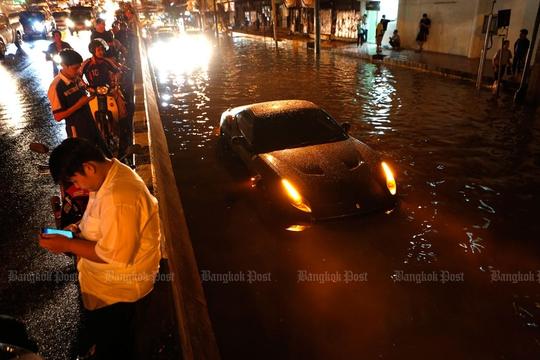 Xe hơi hết chạy nổi ở chỗ ngập sâu trên giao lộ Pongphet