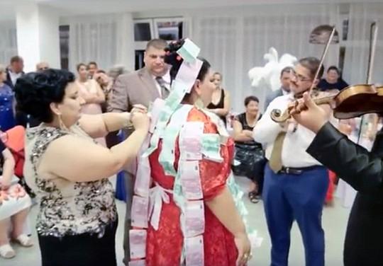 Tiền đính đầy trên váy cô dâu. Ảnh: Daily Mail