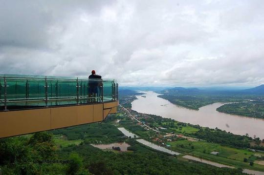 Isan là cách gọi của vùng Đông Bắc Thái Lan, được bao quanh một phần bởi sông Mekong. Trong đó, cực bắc của vùng này là tỉnh Nong Khai, sát biên giới Lào và chỉ cách thủ đô Viêng Chăn chừng 30 km. Nổi tiếng ở đây là cây cầu kính hình chữ U, được xây dựng trên một vách đá với khung cảnh ngoạn mục bên dưới. Ảnh: Udonnews