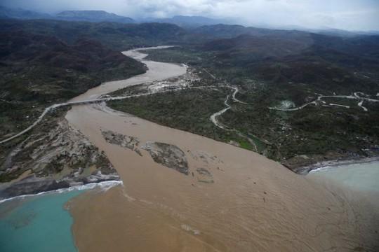 Nước sông dâng cao tràn bờ tại Jérémie. Ảnh: Reuters
