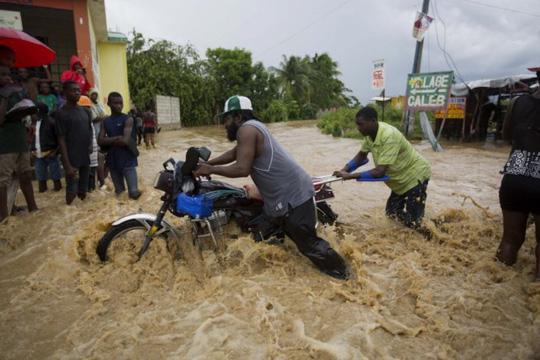 Nước lũ tiếp tục gây thiệt hại. Ảnh: AP