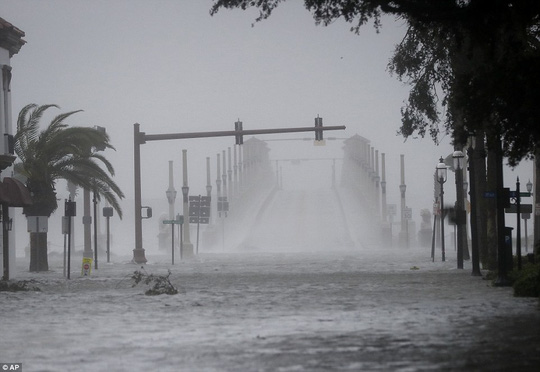 Mưa gió mờ mịt ờ St Augustine. Ảnh: AP