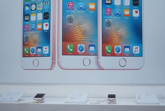 Các mẫu iPhone hàng lướt đang có doanh số thấp do sự cố máy quốc tế bỗng dưng bị khóa SIM vừa qua. Ảnh: Thành Duy.