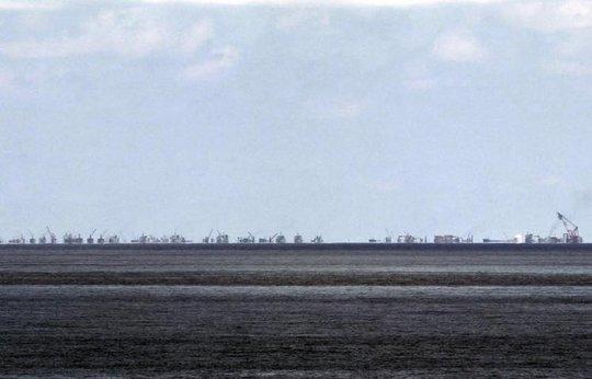 Những hoạt động cải tạo đất trái phép của Trung Quốc trên đá Subi nhìn từ đảo Thị Tứ tại biển Đông vào ngày 11-5-2015. Ảnh: Reuters.