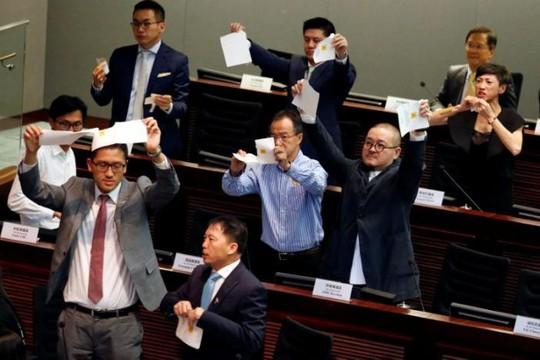 Các nghị sĩ ủng hộ dân chủ xé các tấm phiếu bầu trong phiên bầu chủ tịch Legco. Ảnh: Reuters