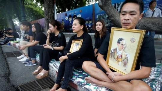 Hầu hết người dân Bangkok mặc trang phục đen hôm 14-10. Ảnh: Reuters