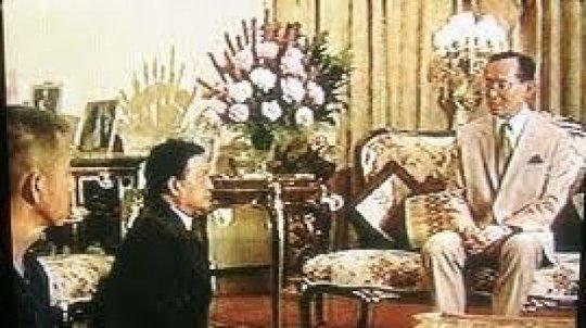 Cảnh tượng hai vị tướng quỳ gối trước Quốc vương Thái Lan Bhumibol Adulyadej khiến cả nước này chấn động. Ảnh: chụp màn hình video do Hoàng gia Thái Lan công bố