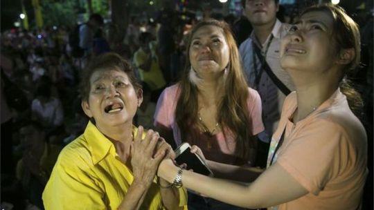 Người dân Thái Lan rơi lệ khi biết tin Quốc vương Bhumibol Adulyadej băng hà. Ảnh: AP