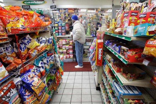Mua vé số ở một cửa hàng tiện lợi ở bang Illinois. Ảnh: AP