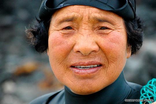 Cụ bà 62 tuổi, Goh Soon Ja, một Haenyo có tuổi nghề hơn 4 thập kỷ. Ảnh: CNN