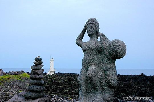 Bức tượng trên đảo Jeju để tôn vinh các Haenyo. Ảnh: CNN