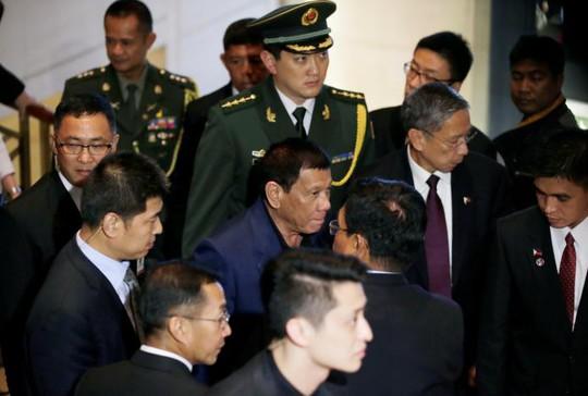 Tổng thống Duterte rời khách sạn ở Bắc Kinh hôm 21-10. Ảnh: Reuters
