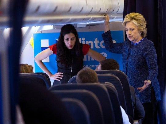 Huma Abedin (trái) và bà Hillary Clinton trên máy bay của chiến dịch tranh cử hôm 28-10. Ảnh: New York Times