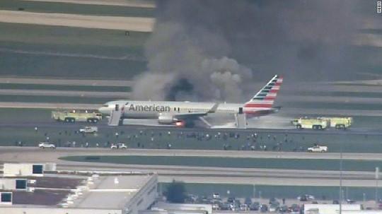 Chiếc Boeing 767 gặp vấn đề với động cơ bên phải gây cháy và khó đen bao trùm. Ảnh: CNN