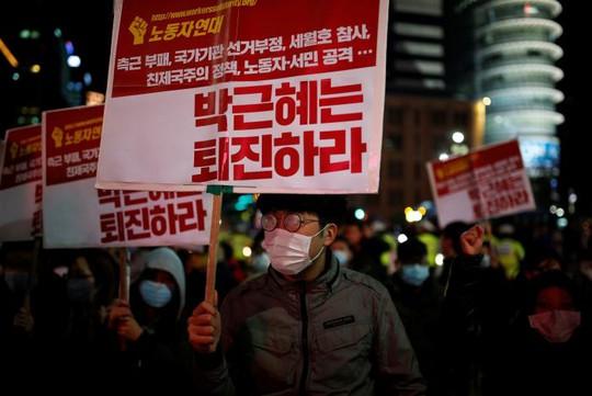 Hàng ngàn người Hàn Quốc biểu tình ở Seoul tối 29-10. Ảnh: Reuters