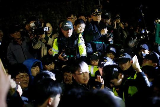 Cảnh sát chống bạo động được triển khai. Ảnh: Reuters