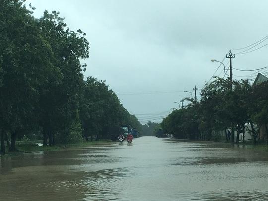 Khu vực phường Nhơn Phú nơi có đường sắt tuyến Sài Gòn - Quy Nhơn đi qua đang bị ngập nặng