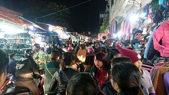 Thời tiết chuyển lạnh cũng là cơ hội cho nhiều cửa hàng ở các chợ đêm sinh viên tranh thủ kinh doanh trang phục mùa đông. Vào các buổi tối, đặc biệt là dịp cuối tuần, chợ Nhà Xanh (Cầu Giấy) đông nghịt người đến mua sắm, trong đó chủ yếu là sinh viên.