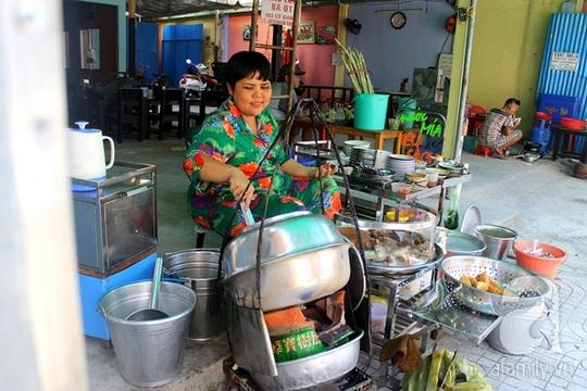 Gánh cháo bà Út trứ danh đất Sài Gòn.