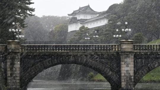 Hoàng cung Nhật Bản khoe vẻ đẹp trong tuyết. Ảnh: EPA