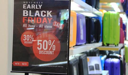 Hàng loạt các cửa hàng kinh doanh hưởng ứng Black Friday. Ảnh: Thái Nguyễn.
