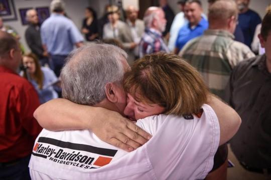 Bà Amy O'Neal ôm chặt người đồng nghiệp Larry Estes cùng trúng số tại Trụ sở Tổ chức xổ số Tennessee Lottery hôm 29-11. Ảnh: AP